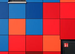 - 112 - (-wendenlook-) Tags: color colors minimal minimalistisch minimalistic geometrisch geometric rot red blau blue olympus omd em5ii panasonic 123528 56mm 11000 f56 iso200 wismar feuerwehr firebrigade