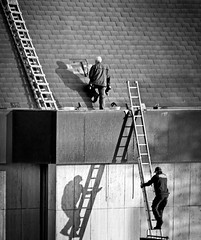 shadows on the wall (heinzkren) Tags: schwarzweis blackandwhite monochrome bw panasonic lumix raisethebar arbeiter leiter dach men männer schatten shadow street streetphotography candid urban roof top workman ladder handwerk handwerker craftsman flicktfriday