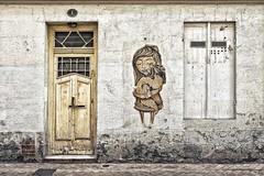 L'enfant et le furet (Isa-belle33) Tags: architecture urban urbain city ville wall mur fenêtre window door porte old ancien picture dessin fuji fujifilm bordeaux streetphotography
