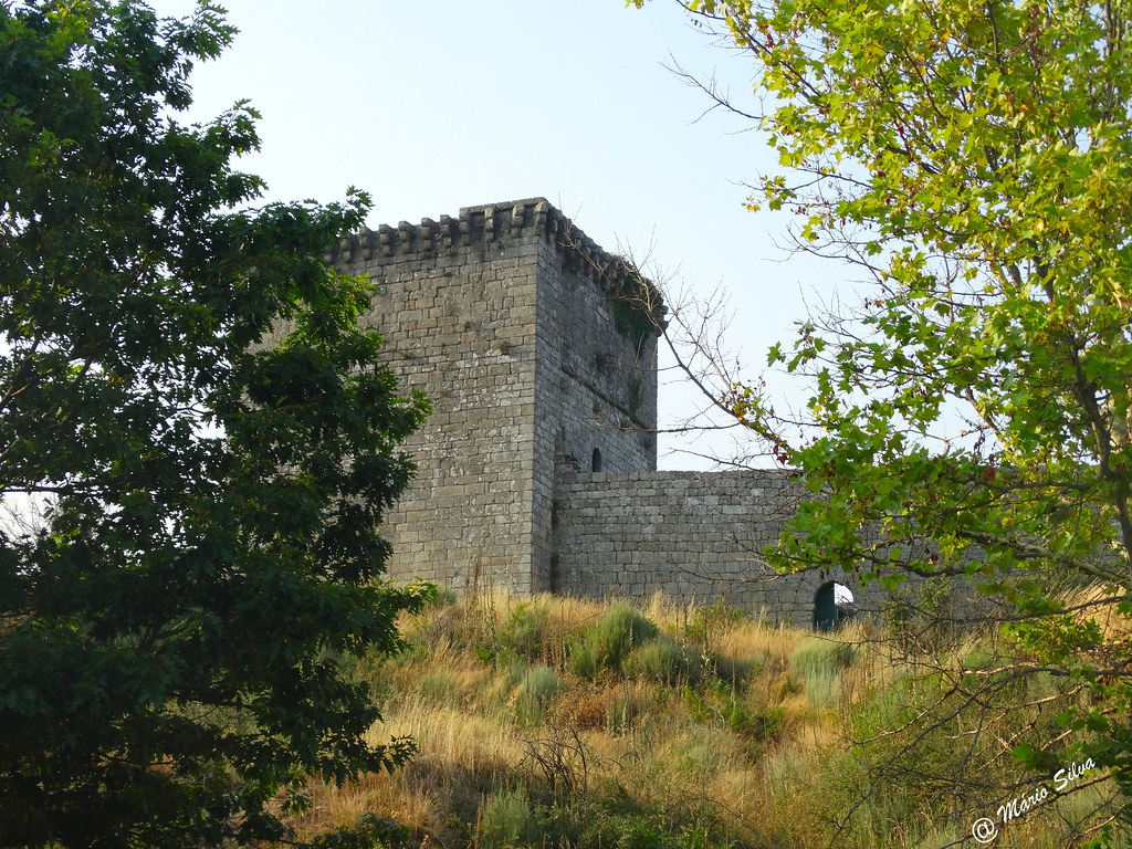 Águas Frias (Chaves) - ... castelo de Monforte de Rio Livre entre as árvores ...