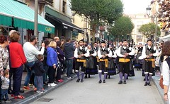 "BG deRibadesella. Festival de Bandes de Gaites. P.Valle • <a style=""font-size:0.8em;"" href=""http://www.flickr.com/photos/85451274@N03/37007264924/"" target=""_blank"">View on Flickr</a>"