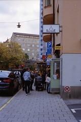 a queue (Mister.Marken) Tags: 400vc kodakportra nikonf4 nikonafnikkor50mm114 filmphotography