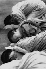 curiosità (mat56.) Tags: ritratto ritratti portrait portraits ragazzo ragazzi monaci piccoli monk monks little boy boys monastero monastery buddista buddhist religione religion preghiera prayer watchediluang chiangmai thailandia thailand asia bianco nero white black people persone antonio romei mat56 occhi eyes sguardo look