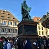 Les 6e4 devant la statue de Gutenberg