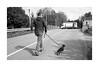 Synchros (Oeil de chat) Tags: nb bw monochrome film pellicule argentique 35mm voigtlander bessa r2a colorskopar kodak trix mouvement course chien laisse streetphoto photoderue street figé fuite