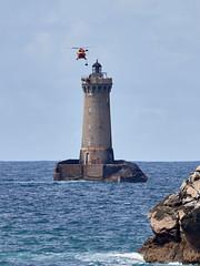 Phare du Four, premier passage pour récupérer du matériel (ijmd) Tags: france bretagne paysage landscape mer sea porspoder presqu'îlesaintlaurent phare lighthouse hélicoptère helicopter