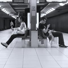 Ignorance (_ Adèle _) Tags: bruxelles métro dosàdos homme femme gsm attente appel bancs nb noiretblanc bw blackandwhite