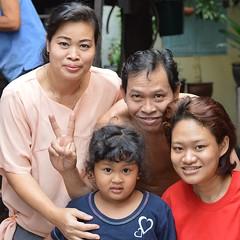 family portrait (the foreign photographer - ฝรั่งถ่) Tags: family portrait man three women peace sign khlong thanon portraits bangkhen bangkok thailand nikon d3200