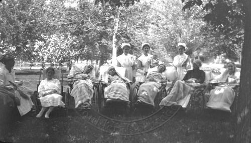 Photo - Sanitarium patients attended to by nurses (1895-1930).