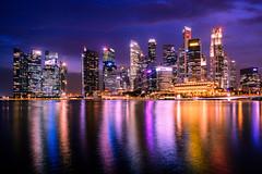 Skyline Singapur (martinsilvestri90) Tags: singapur singapore marina bay skyline night long time exposure wolkenkratzer skyscraper nikon d5300 nachtfotografie nightphotograph asia fullerton merlion hochhaus lichter lights