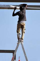 Un gradino alla volta, con la speranza di arrivare più in alto (Maurizio Belisario) Tags: operaio scala nero black worker ladder staircase work lavoro vertice job