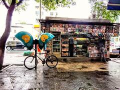 quase sem movimento (luyunes) Tags: chuva primavera bancadejornal orelhão bicicleta motoz luciayunes cenaderua fotoderua