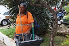 Mulher varrendo rua (JuliaCarvalho01) Tags: mulher rua cotidiano gari lixo público valor trabalho cidadehistórica mariana minas gerais