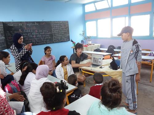 Guillaume et Pelico et les élèvent regardent le reportage  de l'école Antoine de St Exupéry !