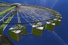 La noria - The wheel (ricardocarmonafdez) Tags: noria wheel fairwheel urbano urban ciudad city structure cielo sky green blue color lowangle contrapicado canon 60d 1785isusm light sunlight