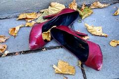 sunday morning (1) (Wöwwesch) Tags: shoes red highheels street found sundaymorning lost leaves autumn colour munich münchen strasse rot herbst sonyalpha ilce6000 blätter trottoir verloren