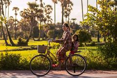 Siem Riep, Cambodia (Aicbon) Tags: verde cambodja camboya cambodia kampuchea khmer jemer siemriep siemreap angkor rice arrozal arrossar field landscape people light luz sunset atardecer campodearroz ricefield canon indochina indoxina asia asian sudestasiàtic southeastasian sudesteasiatico persona mother child kid gente retrato bicicleta green cambodge cambogia camboja jiǎnpǔzhài 柬埔寨 kamboçya kambodia 캄보디아 kamboḍiyā कम्बोडिया kambodiya kambodja kambodscha kambodsja kambodža камбоджа kambodża камбоџа kambodzsa kamboja καμπότζη kemboja կամբոդիա