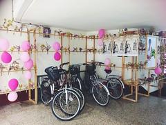 Mercado de Abastos. Logroño. (Єstєlα Mαrtínєz) Tags: iphone6 rockandshow vintage rosa globos bicicletas cáncerdemama mercadodeabastos larioja logroño