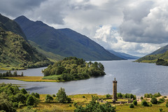 Glenfinnan (Maximilian Kauß) Tags: 2017 canon eos 650d uk scotland schottland sommer summer schönwetterfotograf efs18135mm stm dslr fotogeilo allesfürdasfoto sky urlaub holiday travel traveling raw reise grosbritannien vereinigtes königreich united kingdom great britain abend evening wolken clouds morgen schlechtes wetter lake loch morning mirroring boat mountain wood wald forest succoth landscape landschaft nature natur see wasser berg f3556 is tier himmel gras urquhart castle fluss baum boot harry potter