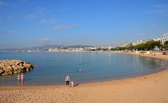 Cannes / Croisette plage (Pantchoa) Tags: cannes france côtedazur mer méditerranée plage croisette octobre automne sable eau baigneurs baie vacances paysage nikon d7200 sigma 1750mmf28 frontdemer bijouplage martinez enfant piedsnus