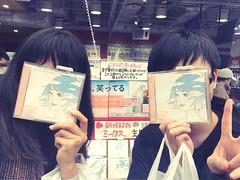 ちょうど渋谷区にいるから早速SHISHAMOの新しいシングルを!!! みかんとハタチさんと一緒に台湾のファンページやってるけどやっとハタチさんと会えた、たまたま日本に来たって!でも毎月一回日本ってすごすぎる。 またこの話だけど今年一番残念のはサカナクションのライブ行けないことうぬぬ、SSで聞いたけどやっぱライブ行きたいよんー 来年春の高橋優抽選ができたけど支払い時間が過ぎた笑笑笑笑。さて、来年SHISHAMO川崎のライブのためも頑張る!