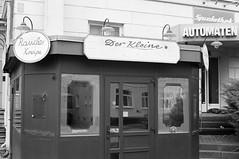 Der kleine Punkt (Wechselsack) Tags: sw tmy xd7 lübeck kneipe pub eckkneipe raucher raucherkneipe spielhalle spielothek jägermeister