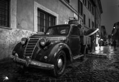 Trastévere (Jose Peral Merino) Tags: antiguo trestévere roma bn coche nocturna lluvia