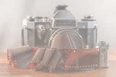 Ich habe den Farbfilm vergessen! (Günter Hentschel) Tags: farbfilm filmrolle analog fotokamera altezeiten nostalgie nikon nikond5500 d5500 hentschel flickr indoor deutschland germany germania alemania allemagne europa nrw praktica