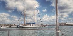 Velero en puerto (Marina Is) Tags: sailingcruiser velero boat barco mar cielo sky sea vacacciones hss holidays agua water harbour puerto sliderssunday