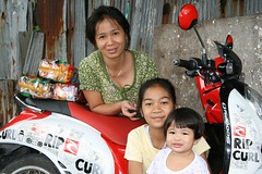 pretty ladies, dried noodles and a motorcycle (the foreign photographer - ฝรั่งถ่) Tags: noodles dried packages motorcycle three young ladies khlong thanon portraits bangkhen bangkok thailand canon