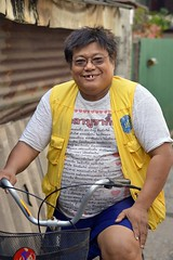 funny looking guy on a bicycle (the foreign photographer - ฝรั่งถ่) Tags: funny goofy looking guy bicycle khlong thanon portraits bangkhen bangkok thailand nikon d3200