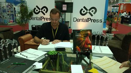 Marcos Janson autografa exemplares de livros