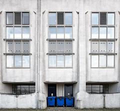 De achterkant van Radio Kootwijk (Bram Meijer) Tags: kootwijkerzand radiokootwijk vierkant square blauw blue netherlands nederland veluwe kootwijk contrast architecture architectuur juliusluthmann