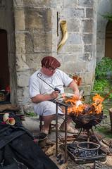 El Grabador - 1 (Juan Ig. Llana) Tags: artziniega arceniega álava euskadi españa es mercadodeantaño mercadomedieval mercado medieval grabador cuerno horn longhorn brasa fuego zb