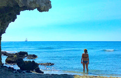 Bañista y velero en cala Media Luna, Almería. (eustoquio.molina) Tags: cala media luna almería cabo de gata san josé playa beach velero bikini bañista acantilado paisaje