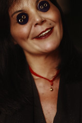 #ProjectNeverland: #Coraline (TheJennire) Tags: photography fotografia foto photo canon camera camara colours colores cores light luz young tumblr indie movie cinema film scene neilgaiman halloween 2017 projectneverland conceptualphotography book animation dream fantasy dreamy meljones buttoneyes buttons eyes smile creepy spooky dark makeup mom mother othermom 50mm