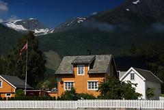Huset ved fjorden (DoctorMP) Tags: norwegia norway norge moreogromsdal mountains summer lato góry valldal valldalen
