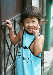 ginny at the door (the foreign photographer - ฝรั่งถ่) Tags: ginny girl child peace sign smile smiling metal door khlong thanon portraits bangkhen bangkok thailand canon