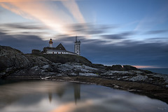 Saint-Mathieu (Tony N.) Tags: france bretagne finistère finistere saintmathieu phare lighthouse pharestmathieu reflets reflections morning dawn aube matin sunrise levant poselongue longexposure nikon nikkor1635f4 vanguard nd64 tonyn tonynunkovics ciel sky seascape paysage eau water mare