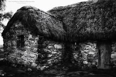 The Highland House - Leanach Cottage (Passie13(Ines van Megen-Thijssen)) Tags: culloden highlands schotland schottland coullodenbattlefield house highlandhouse blackandwhite bw sw zw zwartwit monochroom monochrome monochrom canon inesvanmegen inesvanmegenthijssen king'sstables leanachcottage