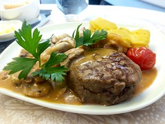 BR 75 Inflight Meal: Beef Steak with Mushroom (阿Dex) Tags: beef mushroom inflightmeal food steak potato gravy br eva yummy meat