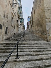 Steep streets in Valletta (Linda DV (away)) Tags: lindadevolder lumix geomapped geotagged travel europe malta 2017 mediterraneansea island sliema valletta ribbet