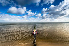 freedom (Zscherny) Tags: kind child sky cloud wolke wolken himmel strand sand beach water wasser ocean sea meer buhne horizon horizont contrast blue yellow blau gelb nikon digital lightroom weitwinkel angle usedom bansin heringsdorf wetter weather kids sunny nature natur kid