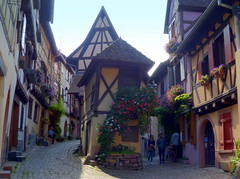 rechts oder links- right or left (Anke knipst(try to catch up)) Tags: elsass alsace frankreich france kopfsteinpflaster cobblestone fachwerk halftimbred eguisheim