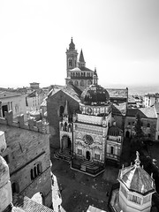 Bergamo (Panasonikon) Tags: panasonikon bergamo basilicadisantamariamaggiore olympusomdem1 mzuiko918 gegenlicht altstadt kirche kirchturm bw lombardei historisch bergamocittàalta weitwinkel