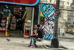 conversa afiada (lucia yunes) Tags: conversa batepapo mulher rua cenaderua luciayunes fotoderua motozplay fotografiaderua streetscene streetphoto streetshot lifestreet lifeinstreet