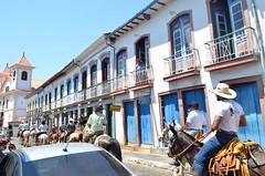 cotidiano 2 (giuliamatteoli) Tags: céu claro cavalos varanda menina homens mulheres passeio rua carro rapido mariana