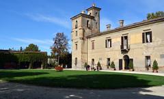 Palazzo Mina della Scala. (BBIANCA18) Tags: palazzo castello giardino aiuola fiori colori verde persone