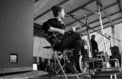 Anni auf dem Moorstrassenfest (3) (Lichtabfall) Tags: anni welle music musik musiker musician musikerin gitarre guitar sw schwarzweiss blackandwhite blackwhite bw einfarbig monochrome strassenfest bühne stage