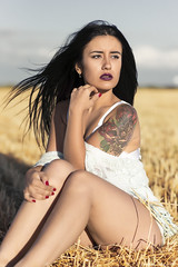 Saray - 4/5 (Pogdorica) Tags: modelo sesion retrato posado chica tattoo trigal campo saray